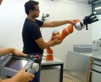 روبات بازو فوق العاده سریع که در هوا اجسام را می گیرد
